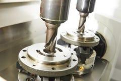 Prozess des Metalls maschinell bearbeitend durch Doppelmühle Stockbilder