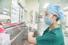 Prozess-präoperative Vorbereitung des Standardhändewaschens Stockbild