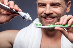 Prozess von für Kerl morgens toothbrushing Stockbilder