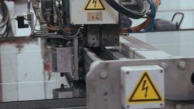 Prozess von PVC-Abschnitte von Fenstern zusammen haften stock footage
