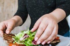 Prozess von Umhüllungsmedaillons mit Salat Stockfotos