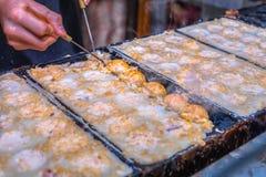 Prozess zum Kochen von takoyaki in OSAKA, Japan Lizenzfreie Stockfotos