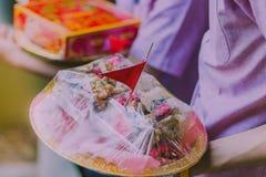 Prozession der Bräutigam ` s Eltern lizenzfreie stockbilder