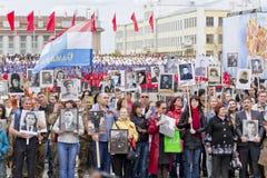Prozession der Leute im unsterblichen Regiment am jährlichen Siegtag Lizenzfreie Stockbilder