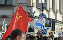 Prozession der Stadtmenschen - ein Tribut des Gedächtnisses zu den Veteranen des Krieges am Tag des Sieges Stockbild