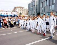 Prozession von Fechtern zu Ehren des Feierns des Stadttages, Draufsicht Dnipro lizenzfreie stockfotografie