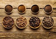 Préparation des grains de café frais de rôti brasser Photos stock
