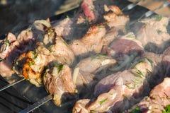 Préparation du chiche-kebab sur des brochettes Photographie stock libre de droits