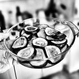 Préparation du moussaka aubergine Regard artistique en noir et blanc Photographie stock libre de droits