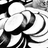 Préparation du moussaka aubergine Regard artistique en noir et blanc Photo libre de droits