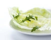 Préparation fraîche de salade avec le rucola de la plaque blanche Photos stock