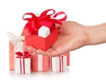 Präsentkartons und weibliche Hand mit Geschenk Stockfotos