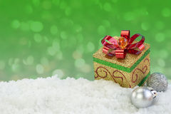 Präsentkartonverzierung auf Schnee mit abstraktem Hintergrund Stockbilder