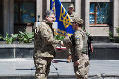 Präsident von Ukraine Petro Poroshenko hat den Soldaten zugesprochen Lizenzfreie Stockfotografie