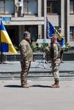 Präsident von Ukraine Petro Poroshenko hat den Soldaten zugesprochen Stockbilder