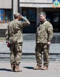 Präsident von Ukraine Petro Poroshenko hat den Soldaten zugesprochen Stockfotografie