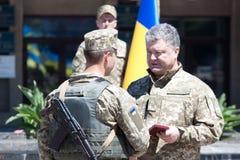 Präsident von Ukraine Petro Poroshenko hat den Soldaten zugesprochen Stockbild