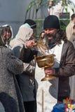 Prästvälsignelsefolk med heligt vatten Tyumen Royaltyfri Fotografi