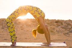 Prática da ioga Mulher que faz a pose da ponte Imagem de Stock