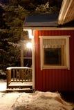 Pórtico nevado de la casa y de la linterna de la noche Foto de archivo libre de regalías