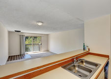 Prętowy stylu stojak z stalowym dwoistym zlew przegapia pustego pokój Obraz Royalty Free