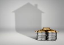 Prêts immobiliers concept, argent avec l'ombre à la maison Images stock