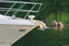 Prua della barca con l'ancora su fondo verde Fotografie Stock