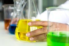 Prueba científica del químico de la prueba de la ciencia Científico que trabaja en el laboratorio Hembra en el laboratorio de quí imagenes de archivo