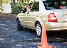 Prueba de conducción adolescente - estacionamiento Foto de archivo