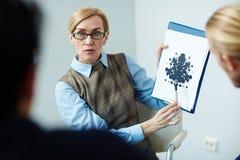 Prueba de Demonstrating Rorschach del psicólogo imágenes de archivo libres de regalías