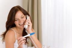 Prueba de embarazo - mujer feliz en el teléfono Fotografía de archivo