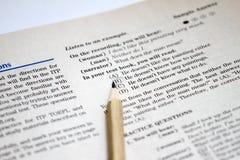 Prueba de inglés como idioma extranjero, hojas de prueba de TOEFL Examen de TOEFL Preguntas de la práctica de TOEFL Aprendizaje d foto de archivo libre de regalías