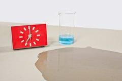 Prueba de la humedad del concreto con agua Fotos de archivo
