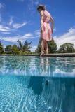 Prueba de la línea de flotación de la piscina de la muchacha Imagen de archivo libre de regalías