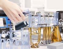 Prueba de la reacción en fondo químico del concepto de la ciencia del laboratorio Imágenes de archivo libres de regalías