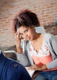 Prueba de Thinking While Giving del estudiante en sala de clase Imagen de archivo