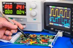 Prueba de una placa de circuito de la electrónica Fotografía de archivo libre de regalías