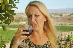 Prueba de vino hermosa de la mujer foto de archivo libre de regalías