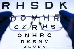Prueba de Vision con las letras y selección de lentes para los vidrios concepto de visión pobre fotos de archivo libres de regalías