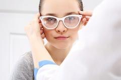 Prueba de Vision, niño un oftalmólogo Imagen de archivo