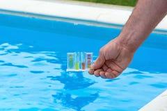 Prueba del agua de la piscina Fotografía de archivo