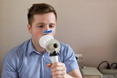 Prueba del hombre joven que respira la función por espirometría fotos de archivo libres de regalías
