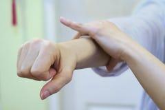 Prueba del músculo en el brazo Fotos de archivo libres de regalías