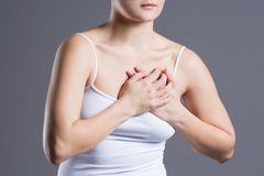Prueba del pecho del ` s de la mujer, ataque del corazón, dolor en cuerpo humano fotos de archivo