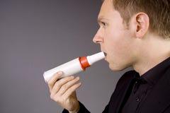 Prueba del pulmón con un contador de flujo máximo Foto de archivo