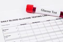 Prueba diaria de la glucosa en sangre imagenes de archivo