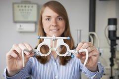 Prueba femenina de Giving Patient Sight del óptico Fotos de archivo libres de regalías