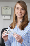 Prueba femenina de Giving Patient Sight del optometrista Fotografía de archivo libre de regalías