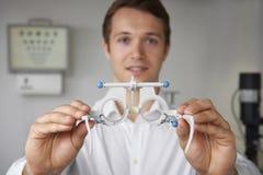 Prueba masculina de Giving Patient Sight del óptico Imagen de archivo libre de regalías