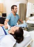 Prueba paciente de la glándula tiroides que experimenta Fotografía de archivo libre de regalías